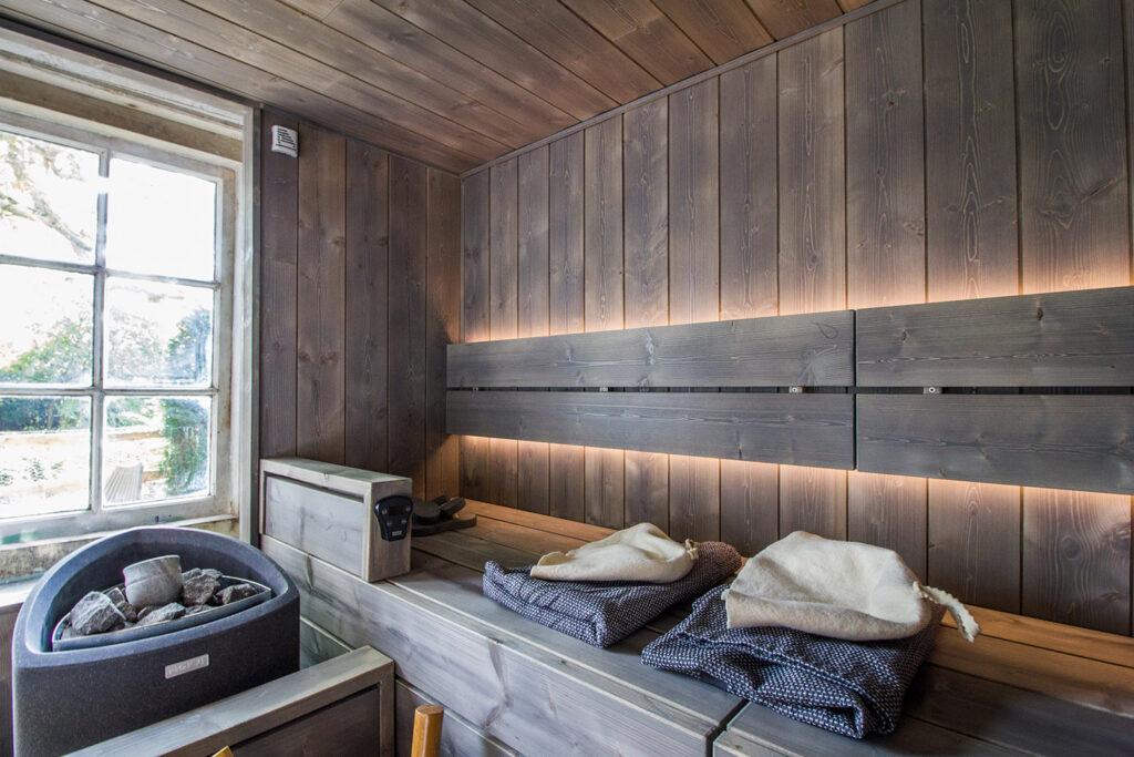 Thatched cottage sauna room in garden 1